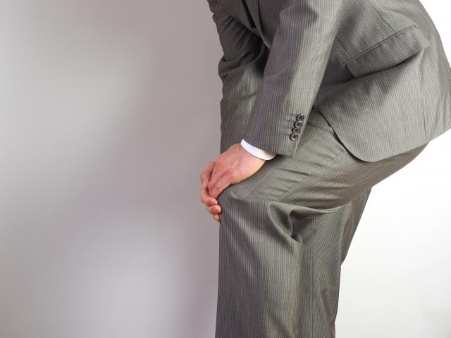 軟骨のすり減りで膝に痛みが生じる変形性膝関節症